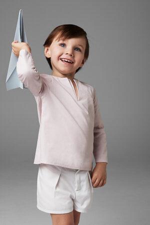 niño camisa rosa